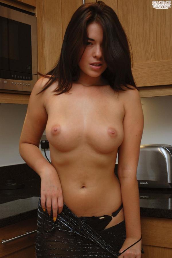 Ava Dalush morenaça muito sensual de seios perfeitos
