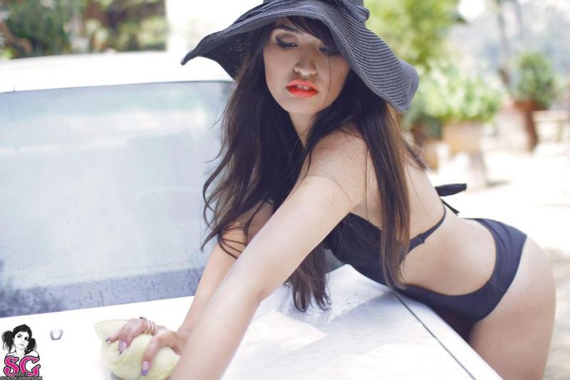 Aymi Suicide Girls morena gostosa rabuda pelada carro