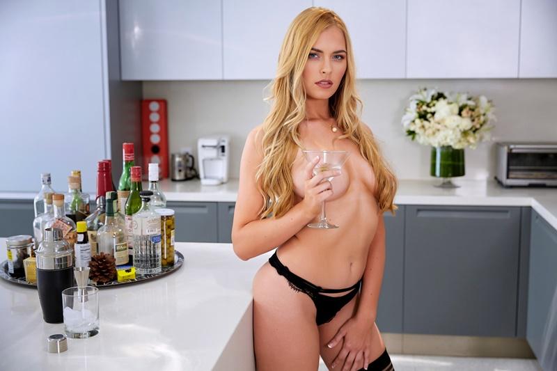 Bailey Rayne loira gostosa e sensual de lingerie muito safada com tesão