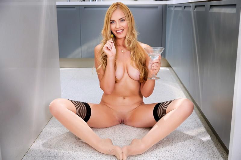 Loira gostosa e sensual de lingerie muito safada com tesão