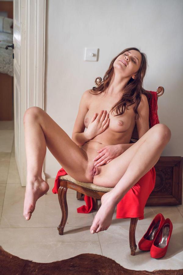 Morena gostosa peladinha delicia se masturbando cheia de tes