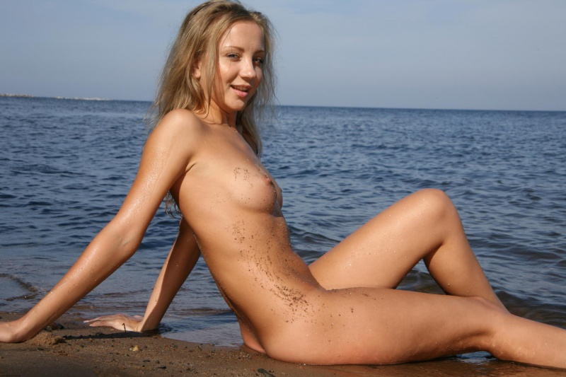 Loirinha linda da bucetinha rosada nua praia