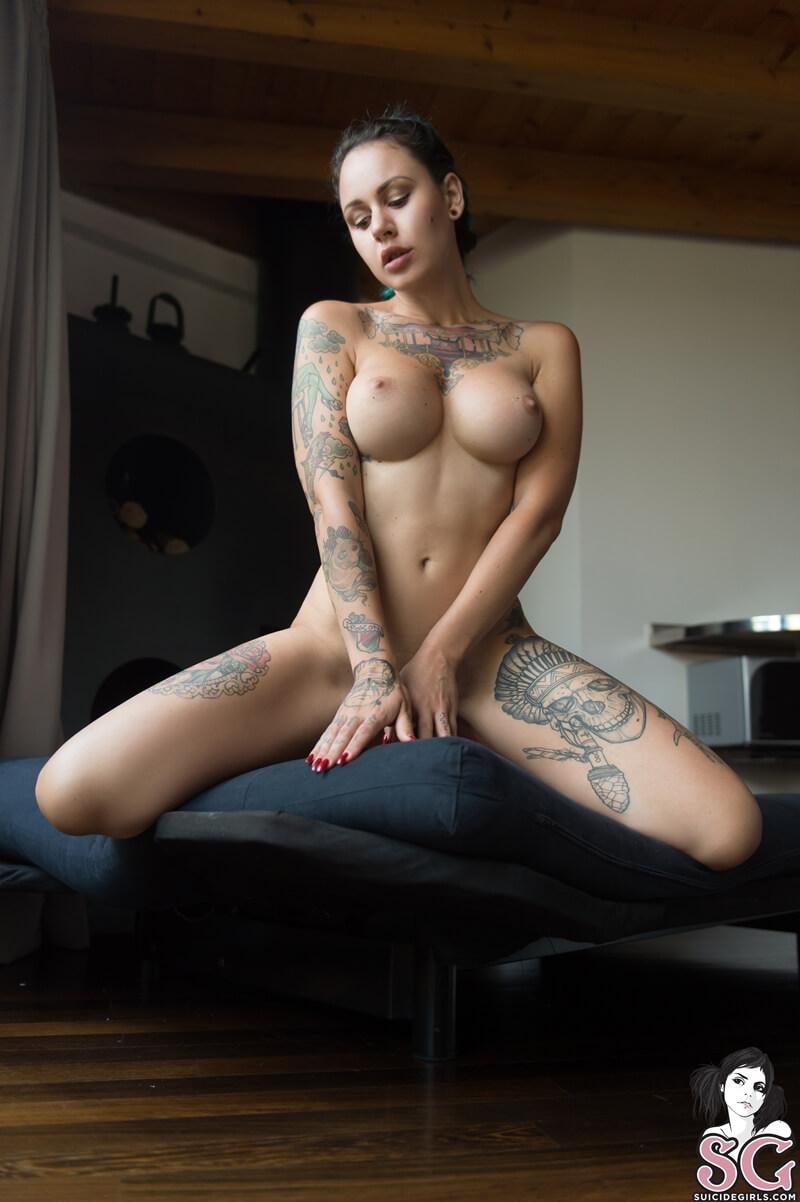 Morena peituda muito sexy e gostosa com tesão peladinha