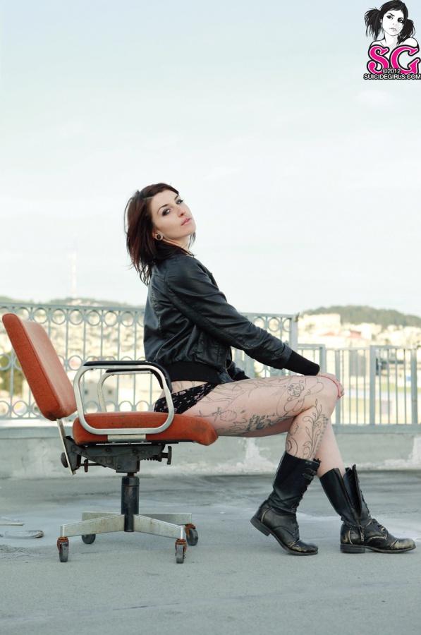 Boomie Moonlight Bay Suicide Girls morena tatuada com bucetona depilada belos peitos