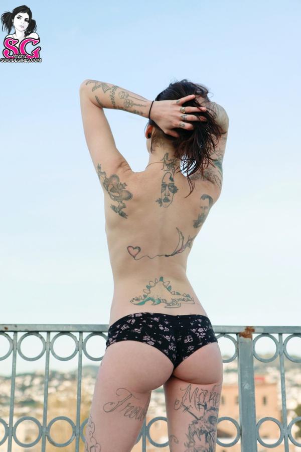 Morena tatuada com bucetona depilada belos peitos