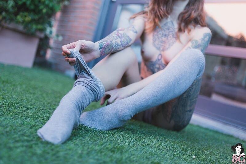 Ninfeta gostosa levantando a saia bem safadinha com tesão