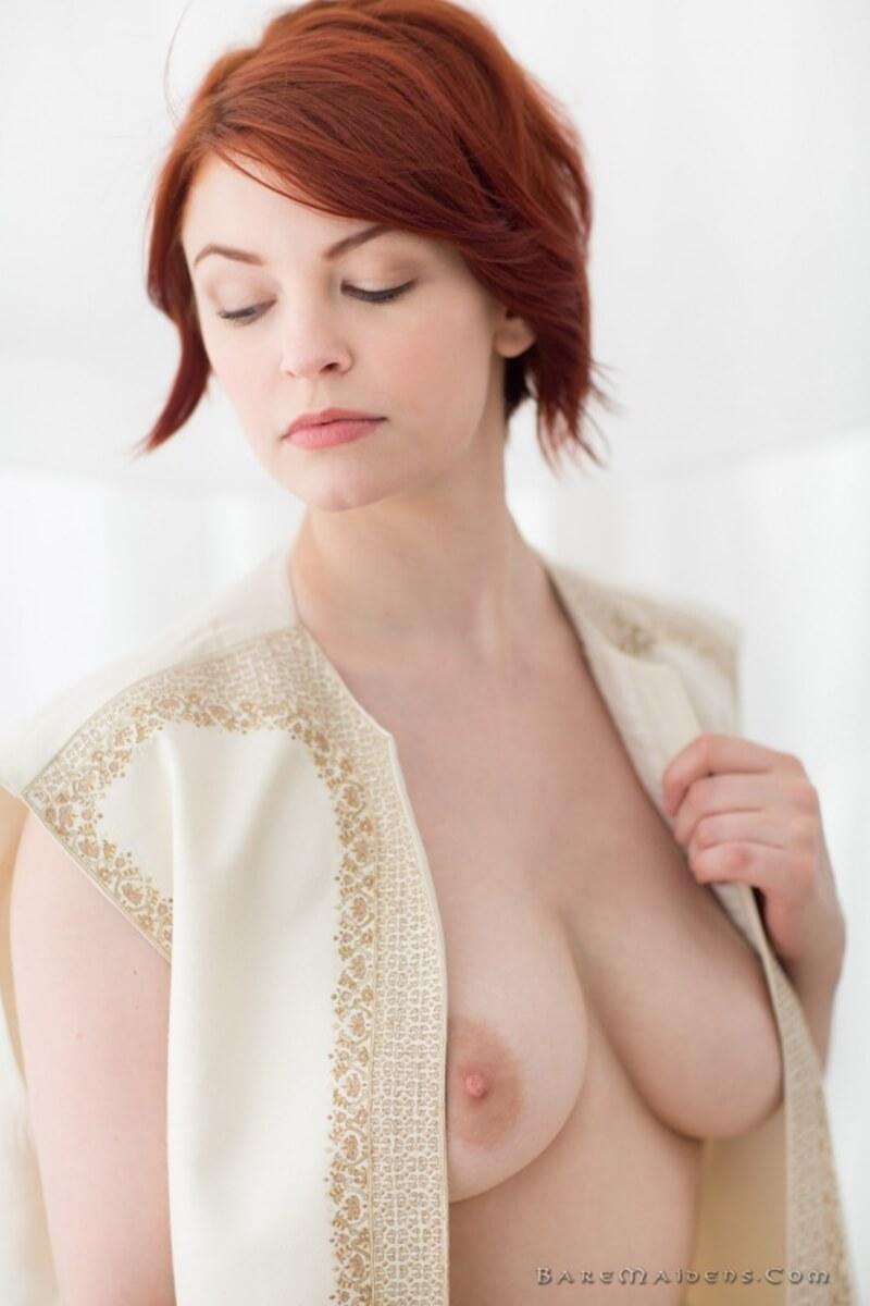 Brea Daniels ruivinha sensacional com seios perfeitos e uma bunda linda.