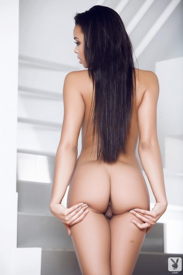 Negra linda peladinha mostrando a buceta na Playboy
