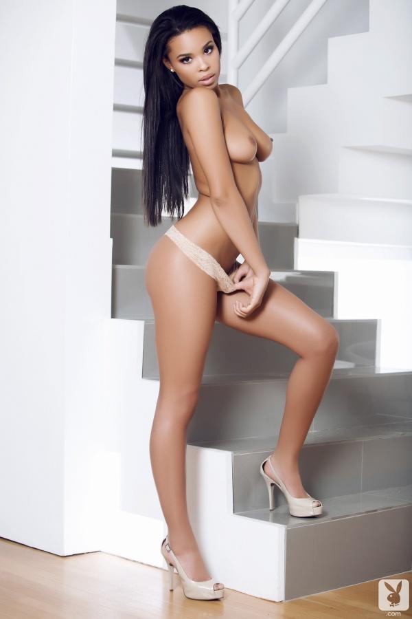 Briana Ashley negra linda peladinha mostrando a buceta na Playboy