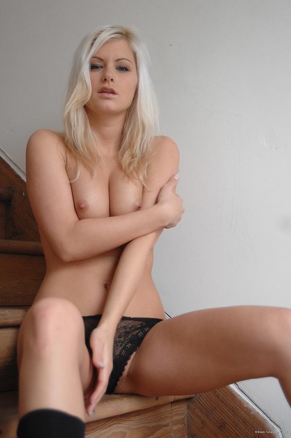 Bela loirinha com pacotão de buceta depilada