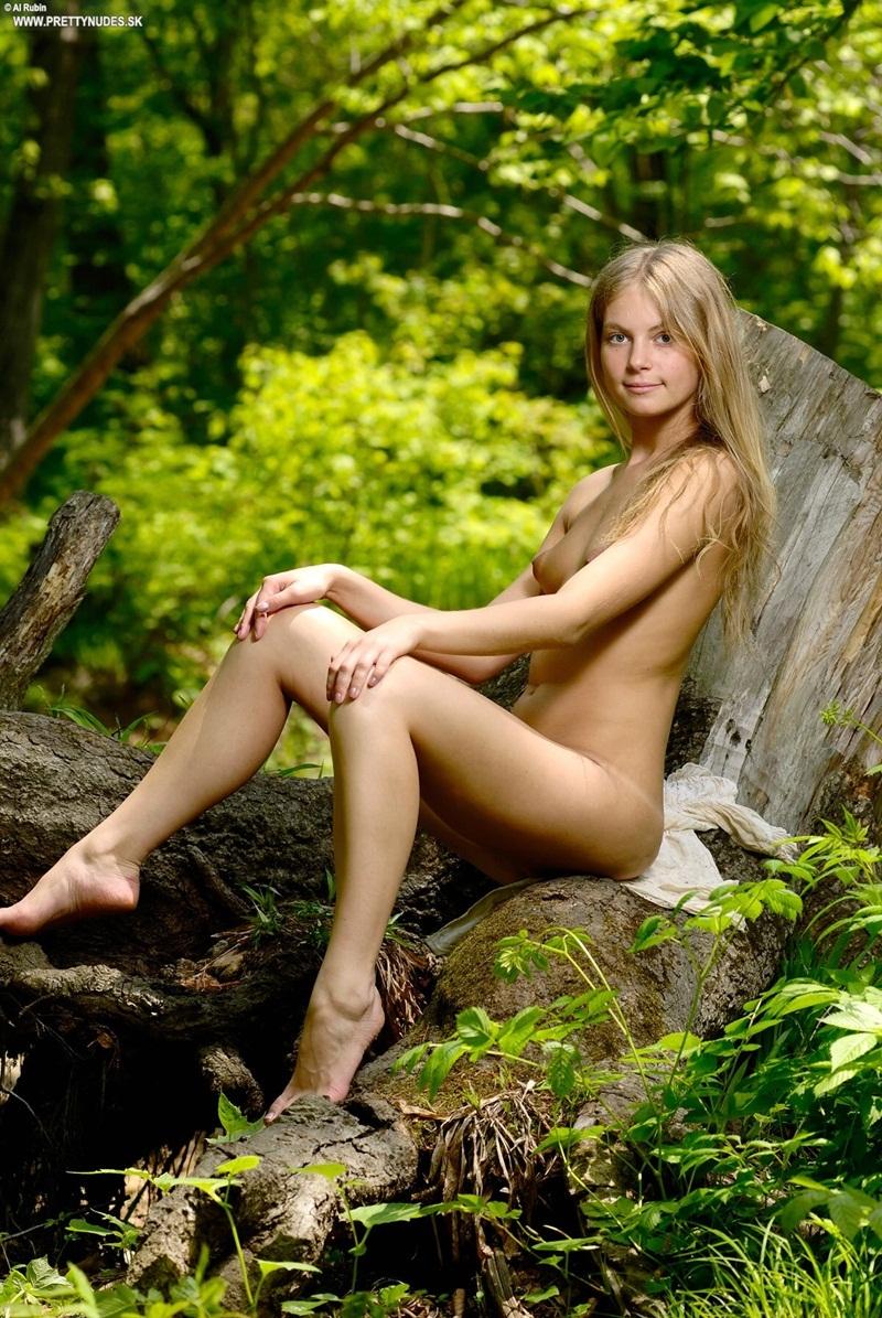 Loirinha linda e perfeita nua no mato