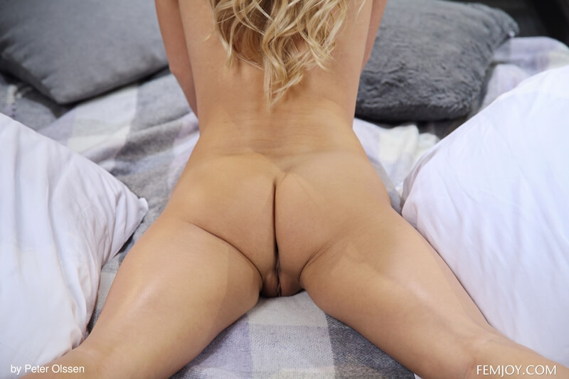 Loirinha tesuda e safada mostrando a bucetinha delicia