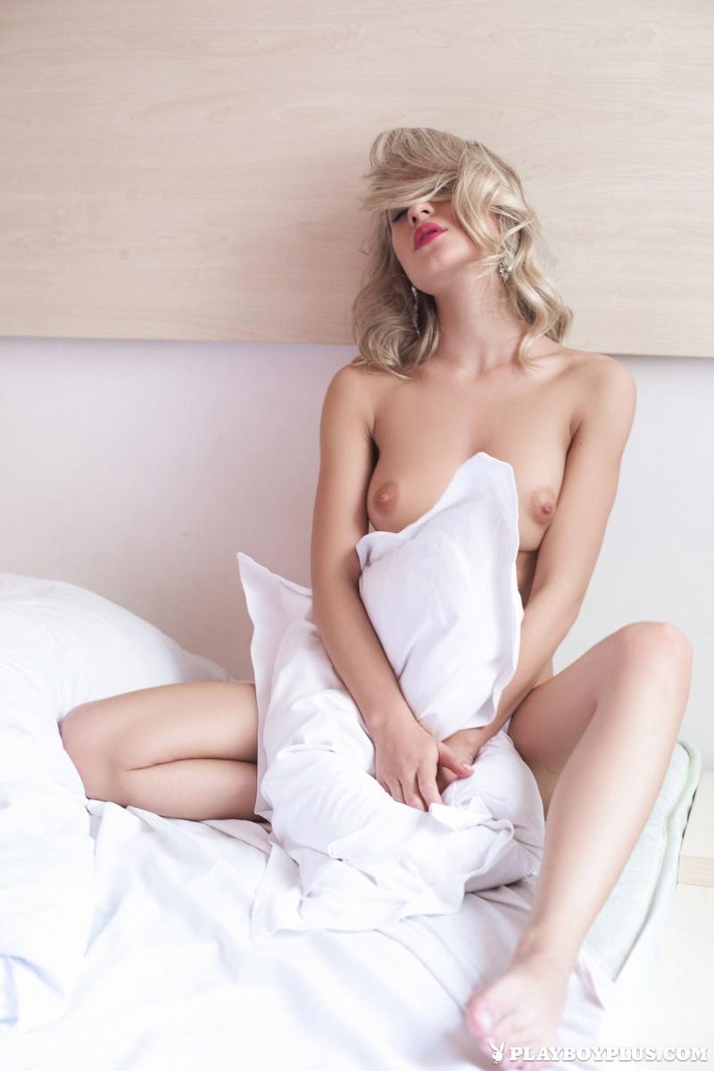 Loirinha sensual e gostosa muito linda e perfeitinha nua