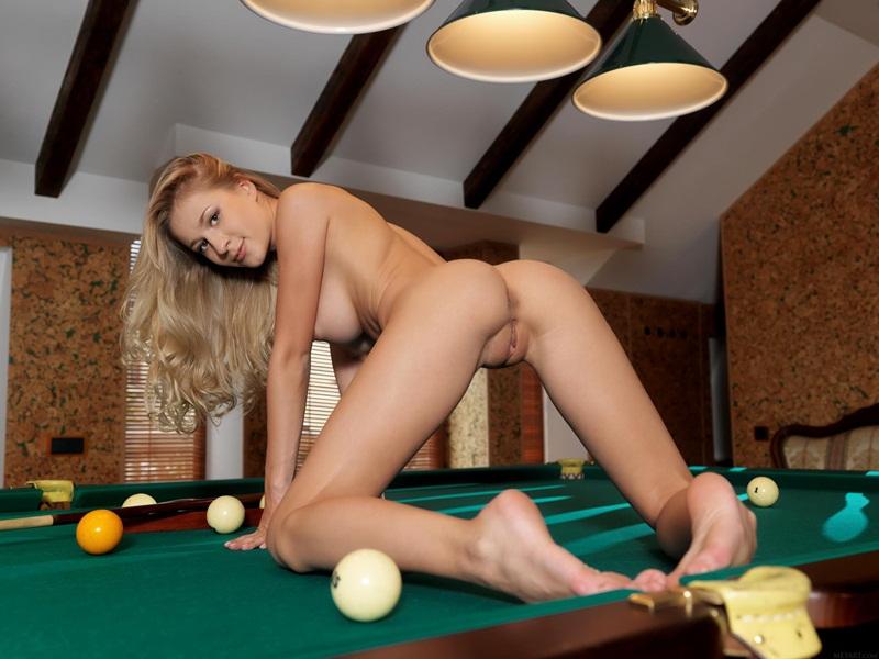 Loira linda pelada jogando sinuca gostosa