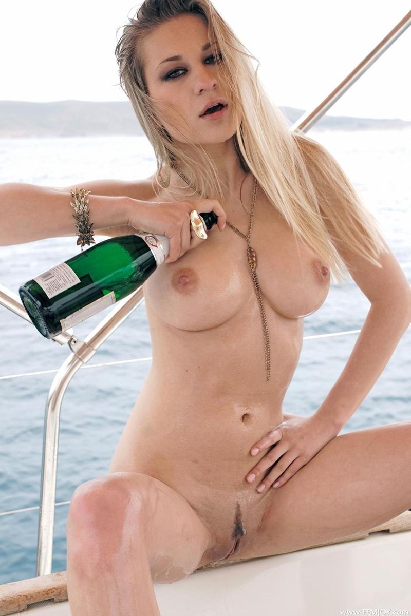 Candy D loira safada e gostosa peladinha no barco bem delicia