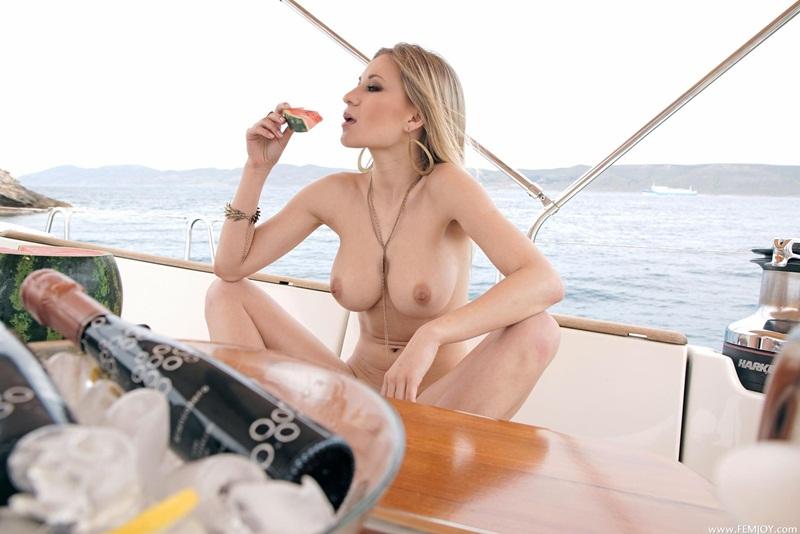 Loira safada e gostosa peladinha no barco bem delicia
