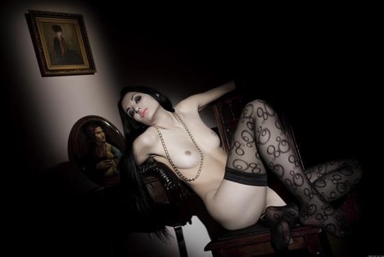 Carmen B branquela em fotos escuras