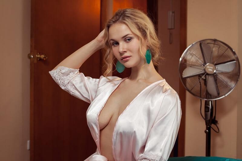 Caroline Abel loirinha peituda e muito gostosa bem safadinha sem roupa