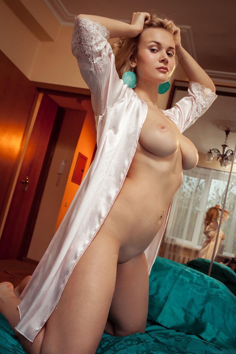 Loirinha peituda e muito gostosa bem safadinha sem roupa