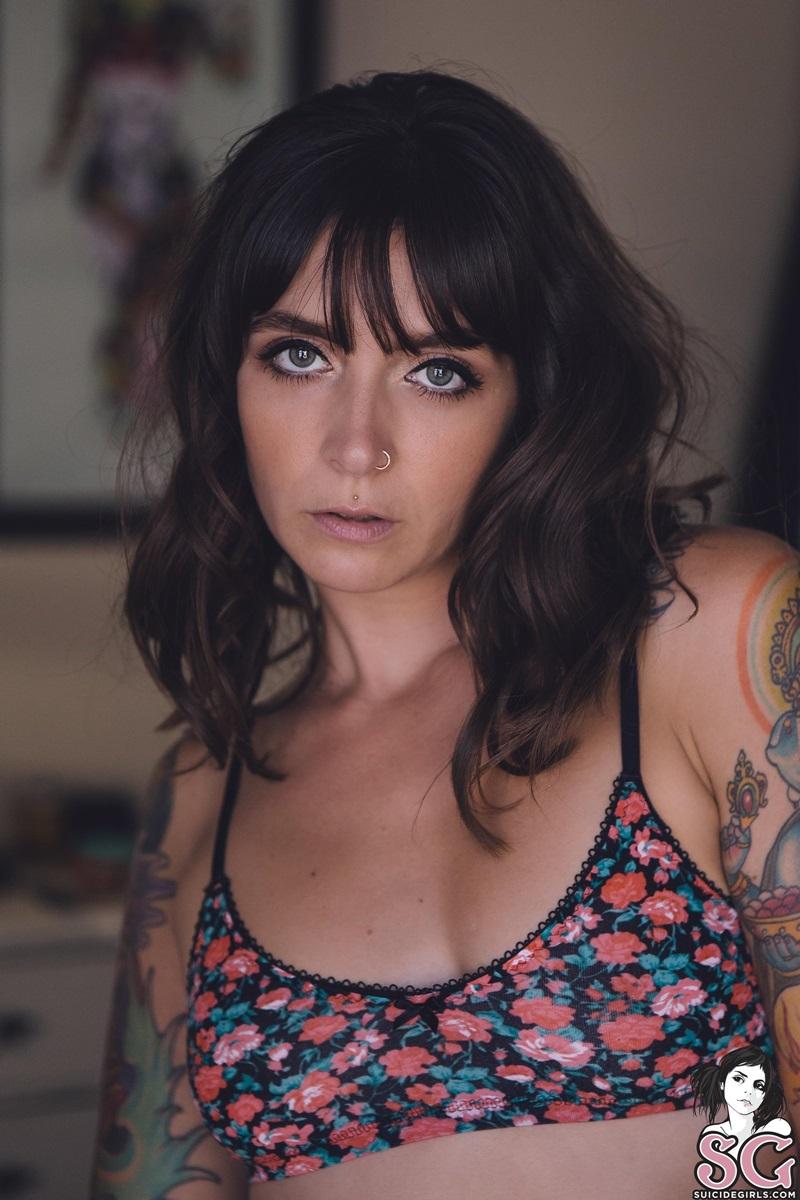 Catrina Suicide Girls morenaça tatuada rabuda e gostosa pelada