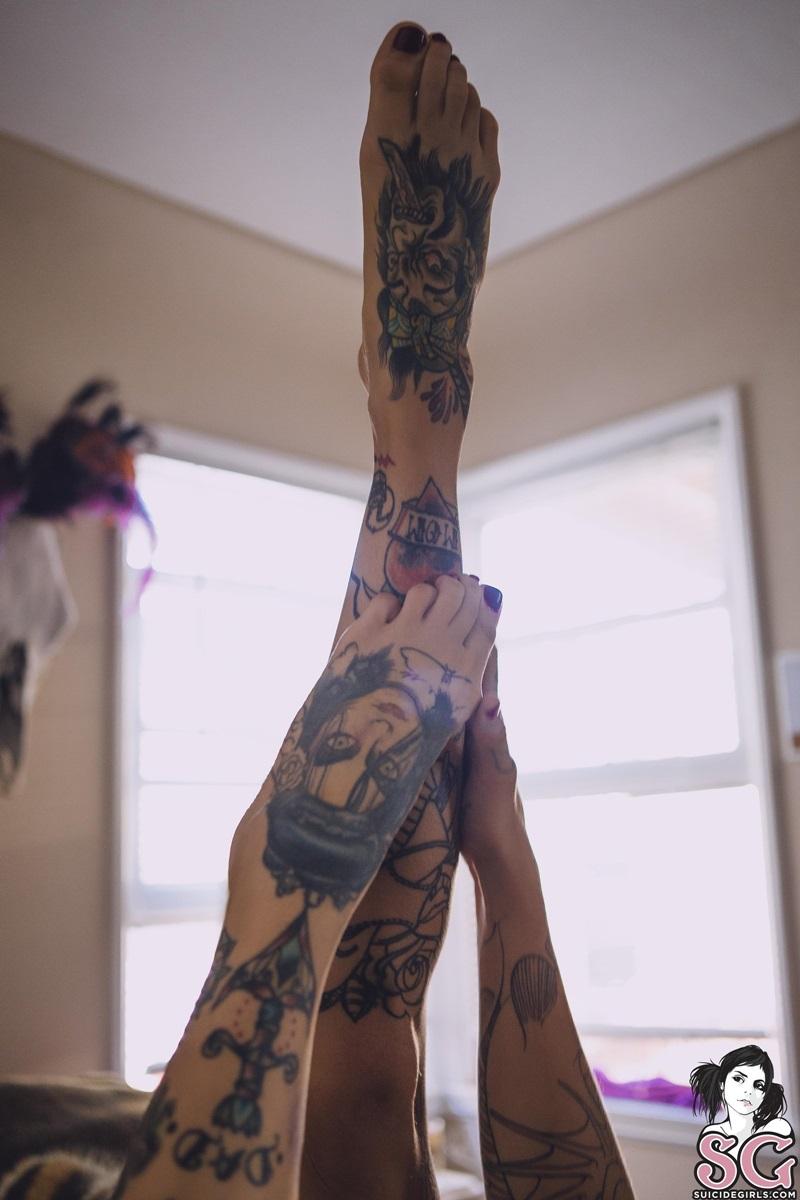 Morenaça tatuada rabuda e gostosa pelada