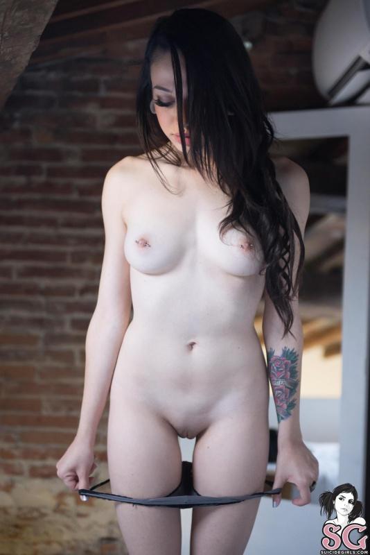 Morena linda com piercing nos seios nua