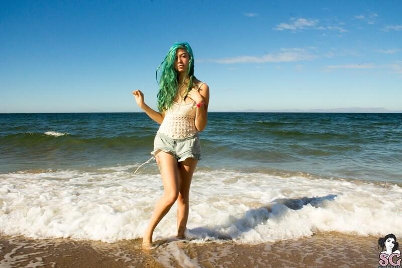 Ninfeta gostosa e bem safada tirando a roupa na praia