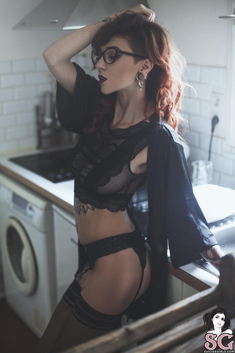 Gostosa peituda e muito sensual de lingerie bem safada delic