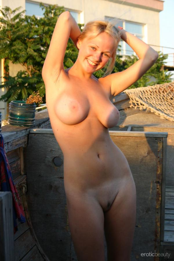 Linda loira branquela com seios fartos naturais bucetuda