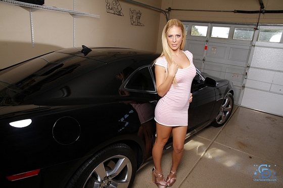 Cherie Deville, nua com um carro lindo ao lado