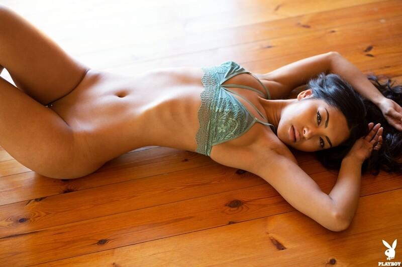 Chloe Rose morena safada com piercing na buceta peladinha delicia