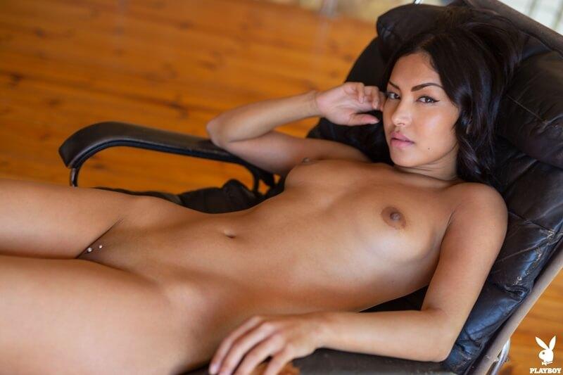 Morena safada com piercing na buceta peladinha delicia