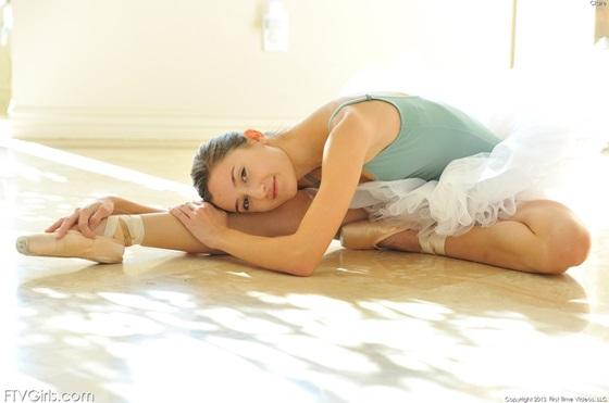 Uma bailarina muito safadinha em posições bem sexys