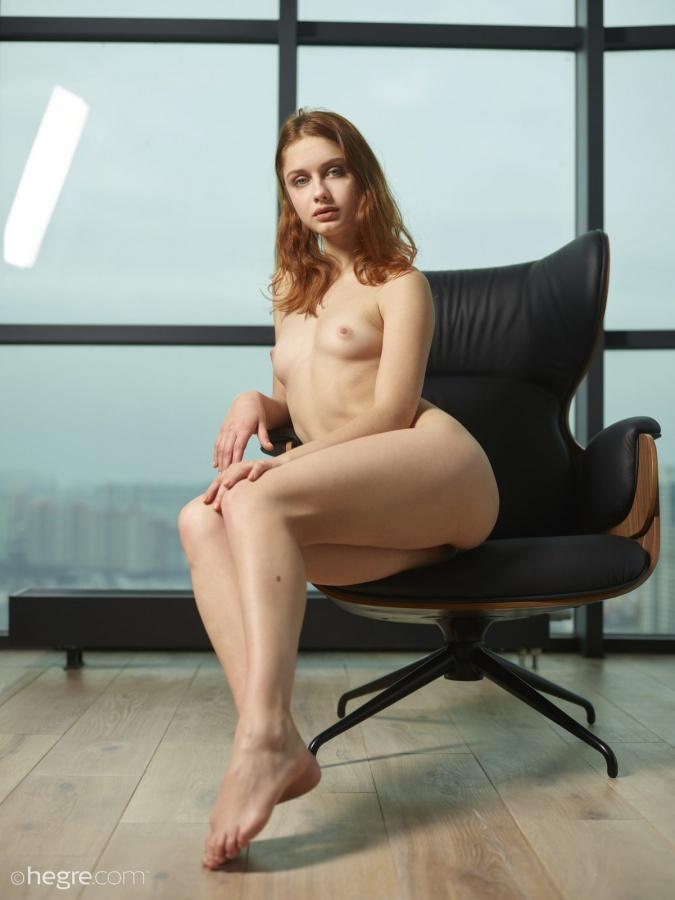 Ruivinha linda com um belo corpinho e um rostinho encantador.