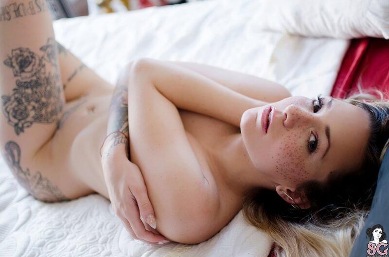Cocovanille Suicide Girls ninfetinha de lingerie muito safada e gostosa com tesão deli