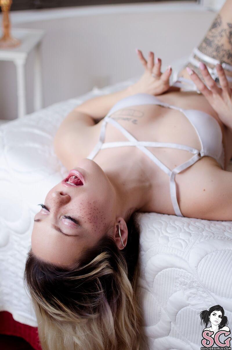 Ninfetinha de lingerie muito safada e gostosa com tesão deli