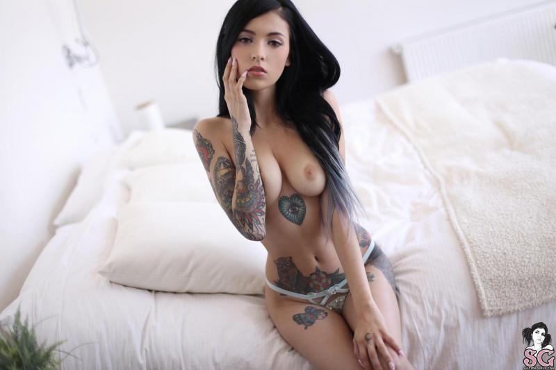 Coralinne Suicide Girls morena sensual tatuada linda peladinha muito gostosa