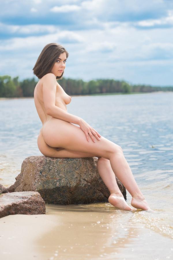 Bem gostosa ela tem um lindo corpo e uma carinha de safada.