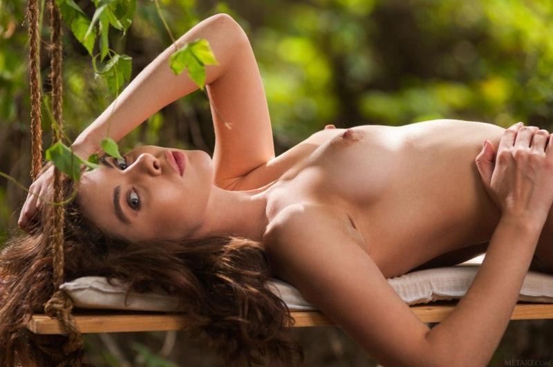 Morena linda toda gostosa peladinha no meio do mato