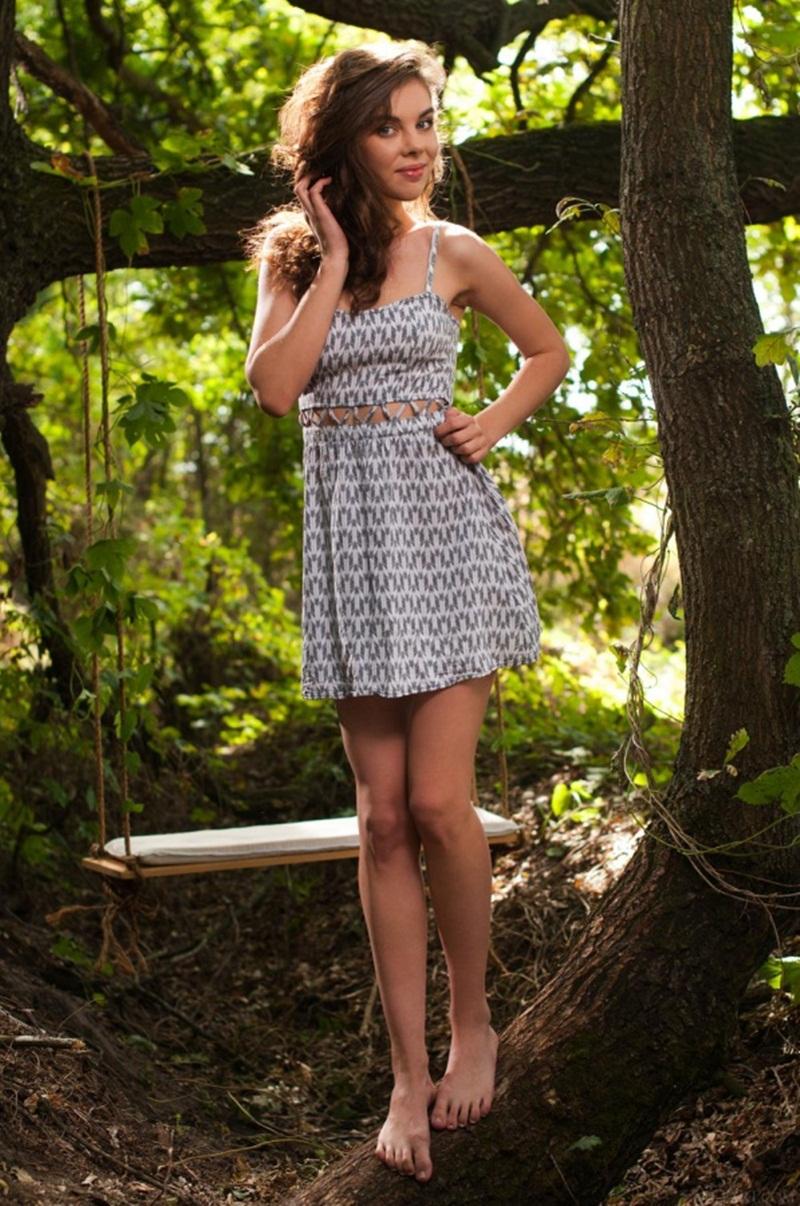 Dakota A morena linda toda gostosa peladinha no meio do mato
