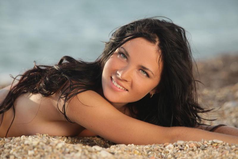 Morena gostosa nadando peladinha bem safada na praia