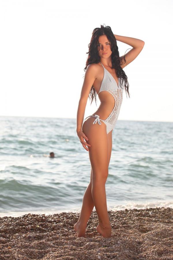 Daloria A  morena gostosa nadando peladinha bem safada na praia