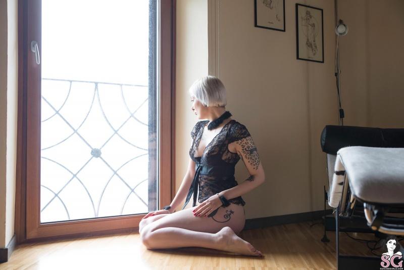 Damaged Suicide Girls  loira gostosa com um corpão lindo peladinha bem sexy