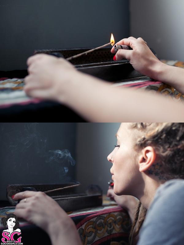 Damsel Suicide Girls, loira com rastas ouvindo Bob Marley queimando um