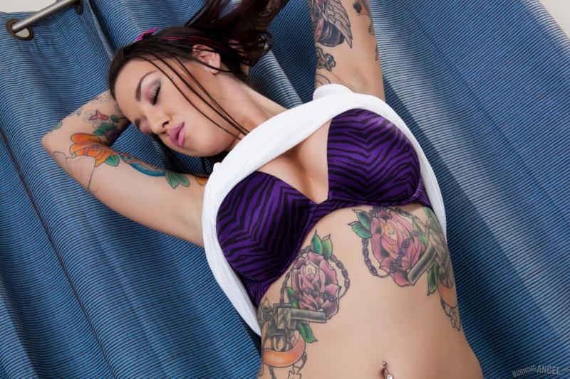 Morena tatuada gostosa buceta carnuda
