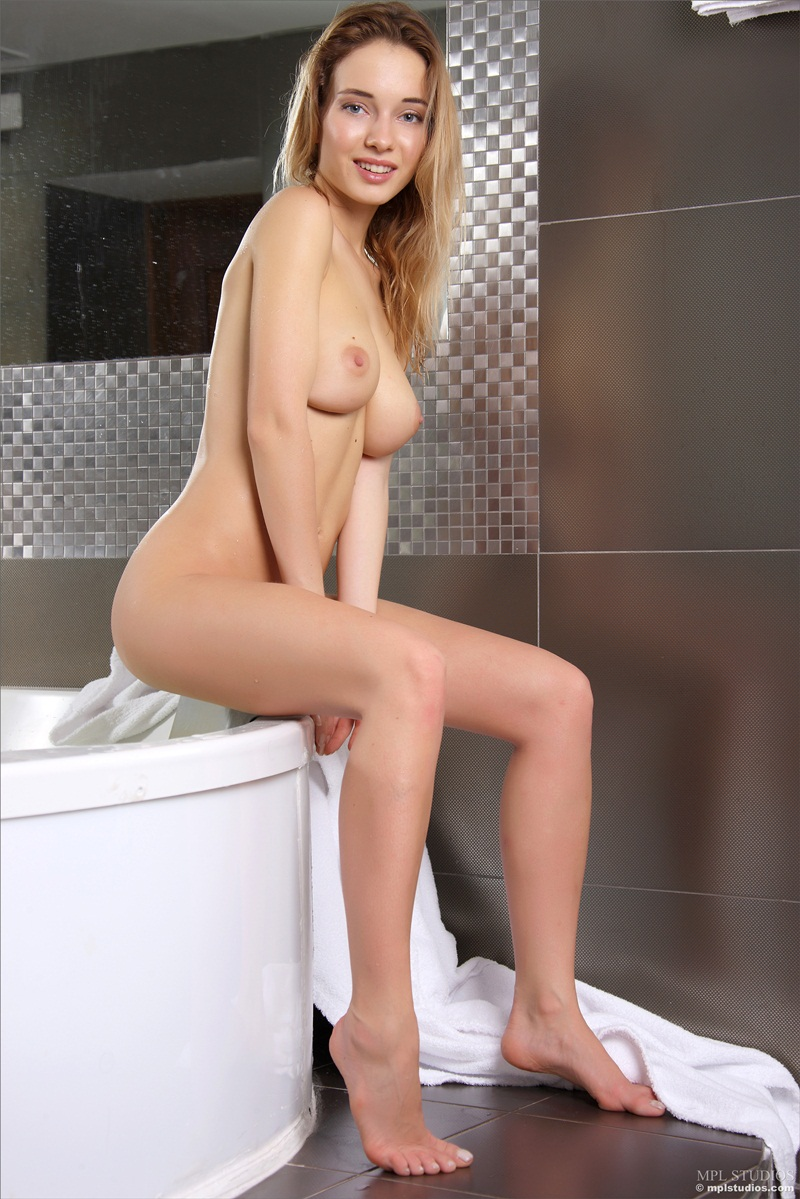 Loiraça perfeita de seios lindos peladinha banho