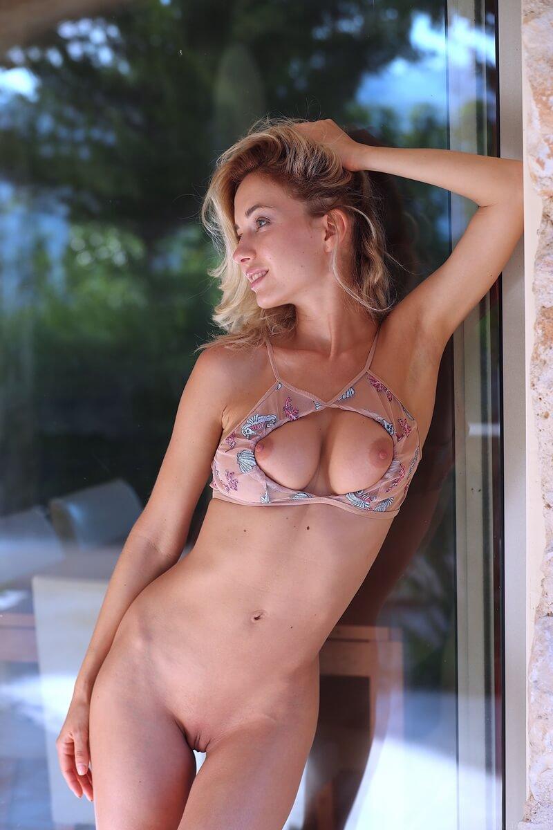 Loira peituda muito gostosa e sensual com tesão peladinha