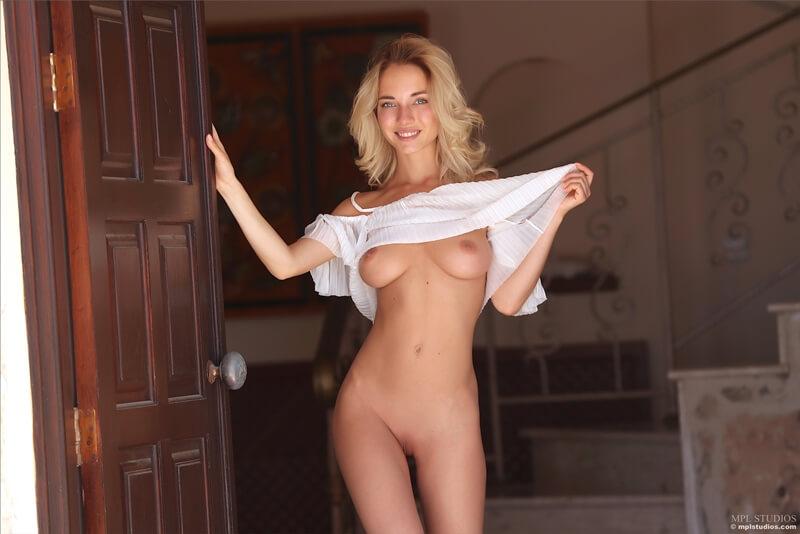 Danica russa safada com tesão mostrando a buceta bem safada