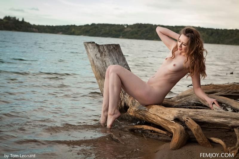 Morena linda nua na praia gostosa