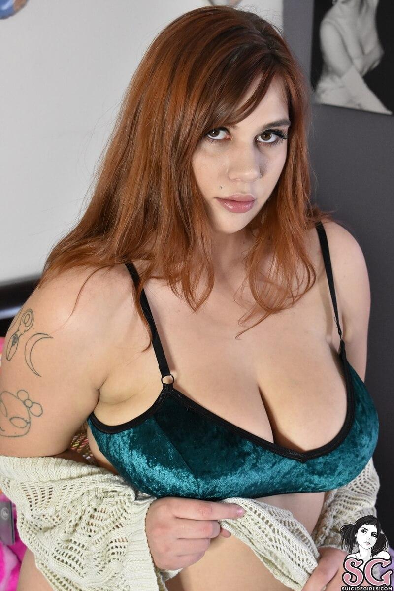 Gordinha sexy e safada com tesão mostrando a bucetinha delic